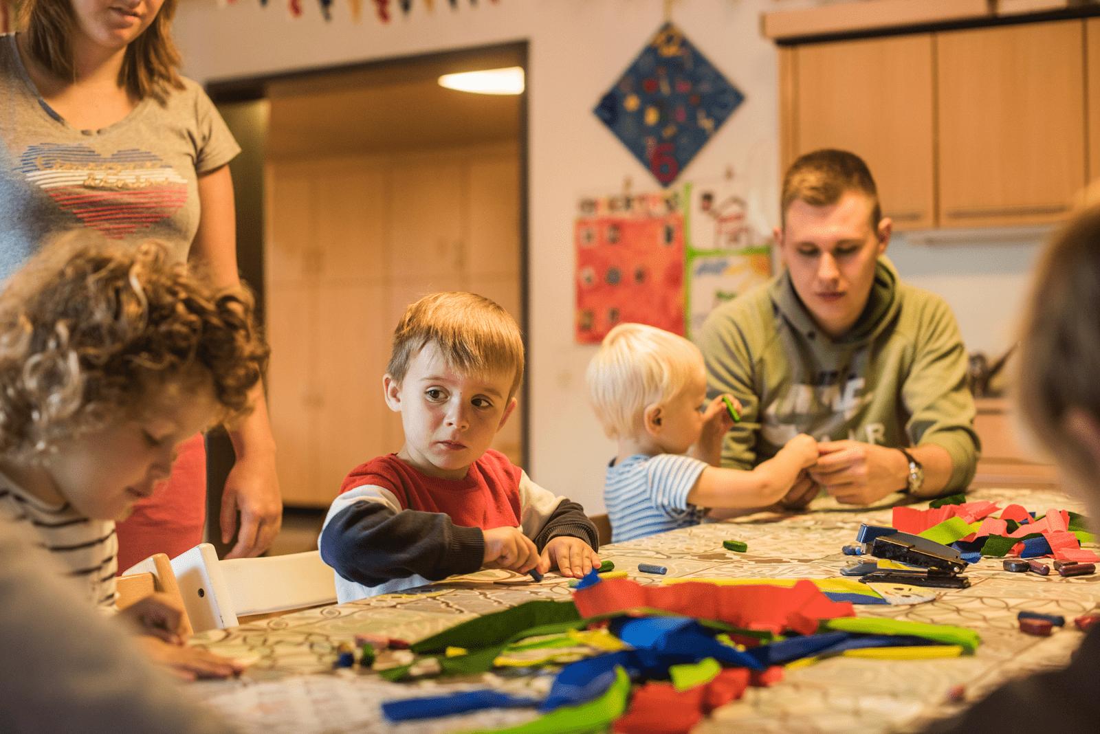 In der Kindertagesstätte basteln alle zusammen einen Tintenfisch aus Knete.
