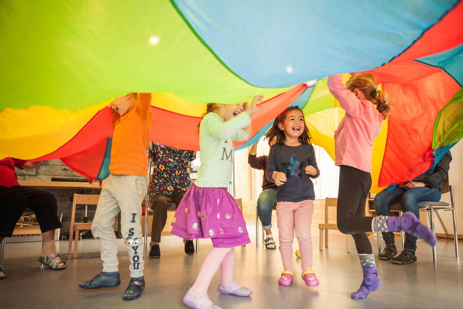 Den Kindern macht das Generationenturnen im Birgli Brienz sichtlich Spass