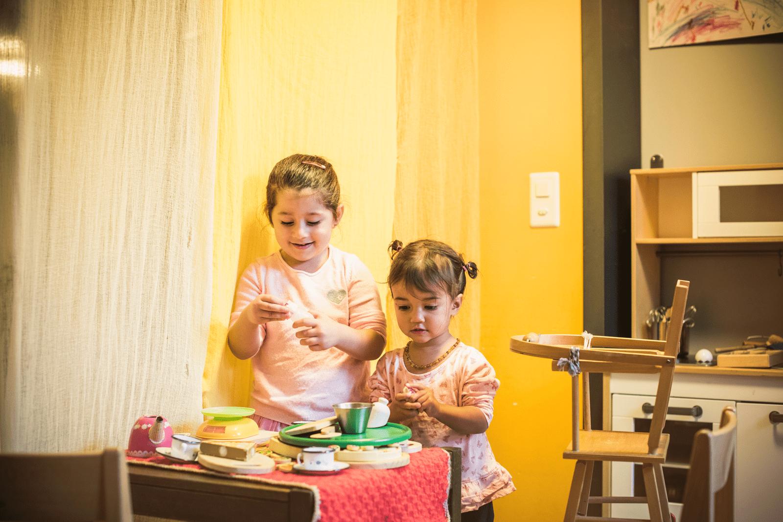 Mädchen spielen in der Kinderküche.