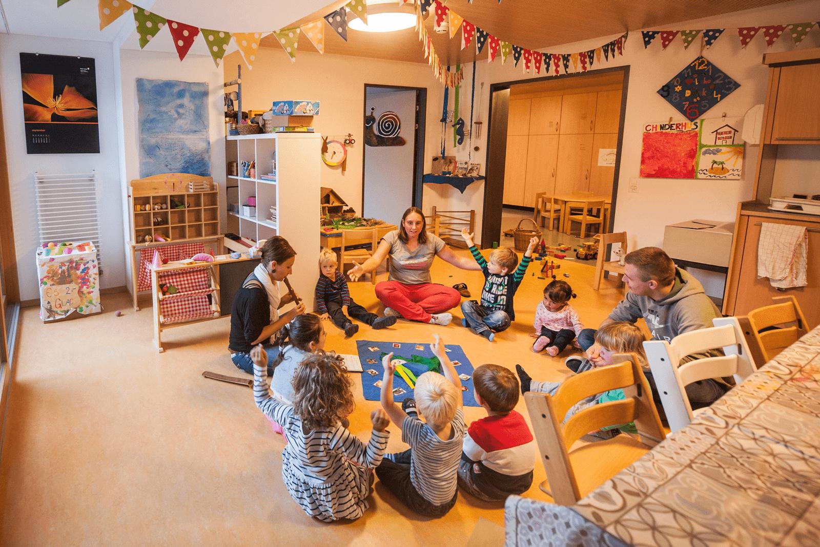 Im Kreisli der Kindertagesstätte singen wir zusammen das Lied Aramsamsam.