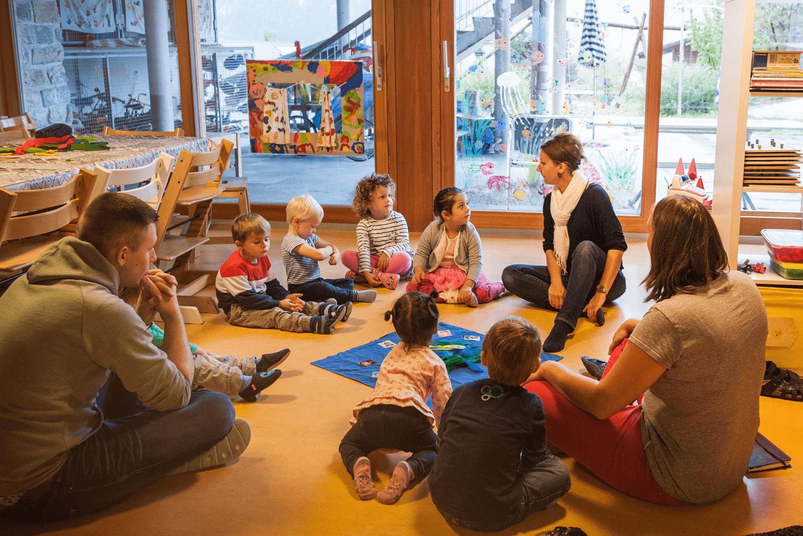 Alle in der Kindertagesstätte sitzen am Boden im Kreisli.