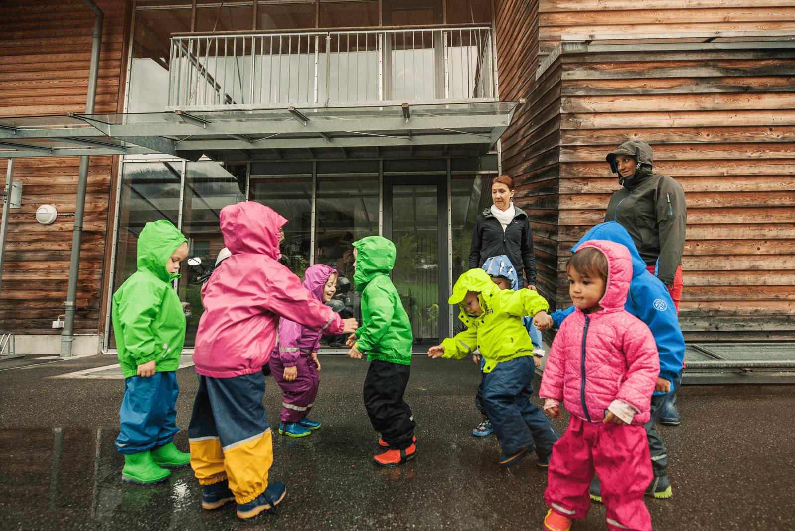 Kita-Kinder haben sichtlich am Spass beim Pfützenspringen.