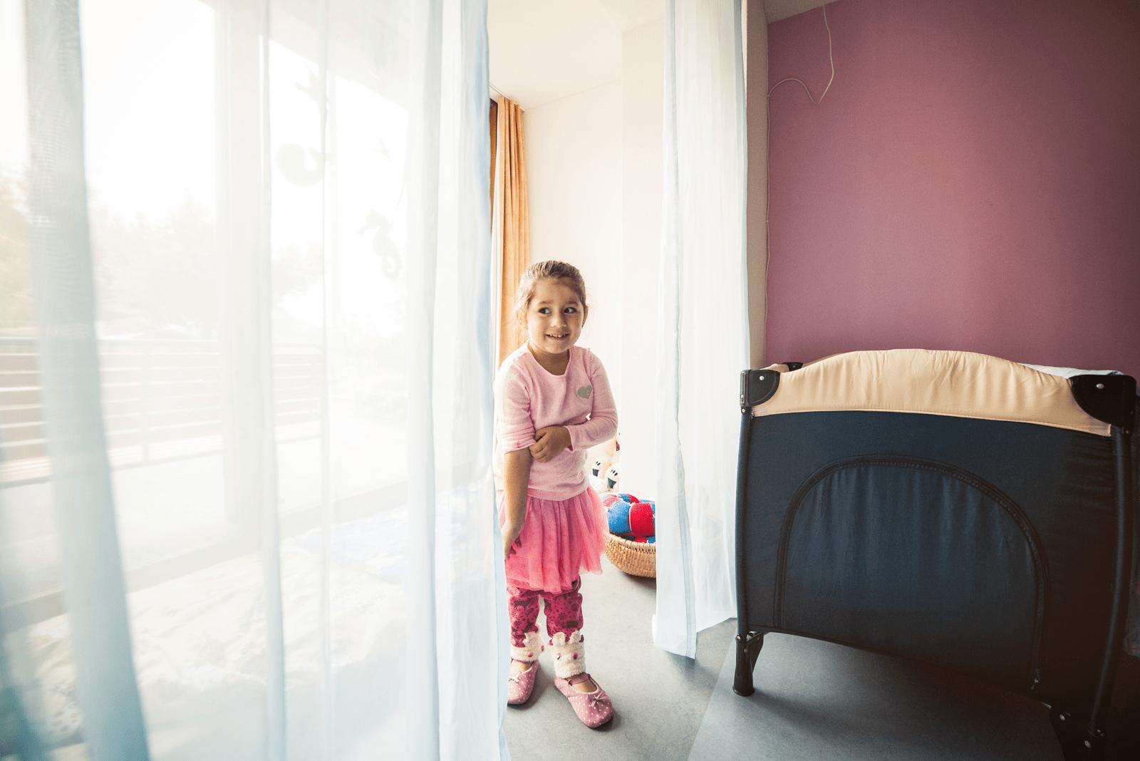 Mädchen zeigt den Ruhe- und Schlafraum von der Kindertagesstätte Chinderhus Brienz.